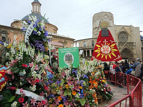 献花された花束とマリア像