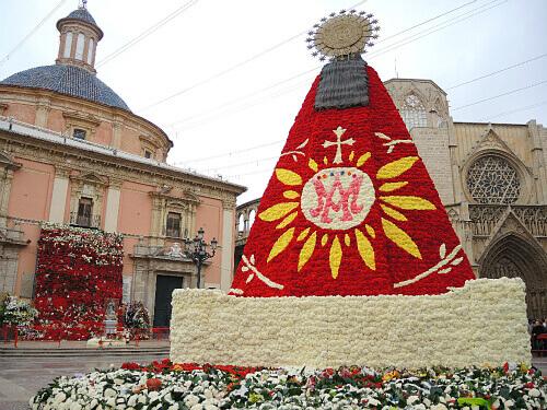 花束の衣装をまとった聖母マリア像