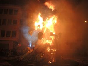 Cremàで燃やされるFalla(人形)
