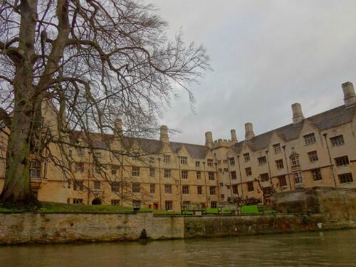 敷地内を流れるケム川から見るケンブリッジ大学 2
