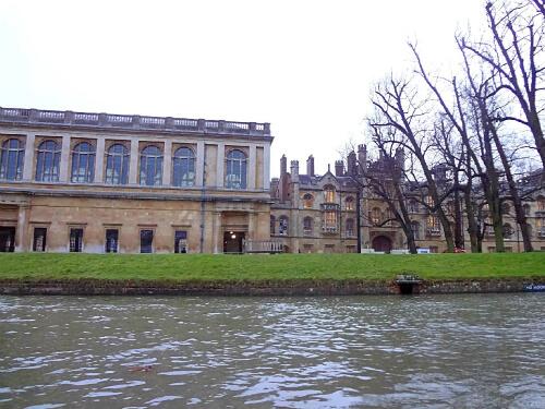 敷地内を流れるケム川から見るケンブリッジ大学 1
