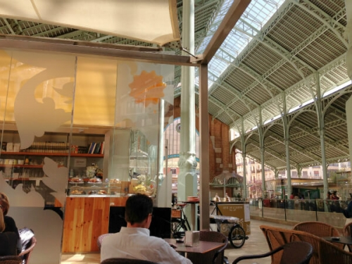 Mercado Colon(メルカドコロン)の中にはカフェやバー、レストランがが立ち並びます