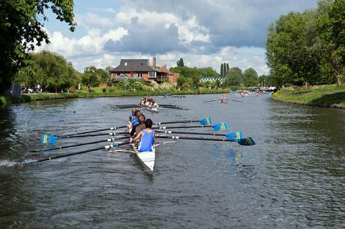 ボートレースの練習をするケンブリッジ大学の学生たち